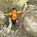 Ultimi brevi passaggi tra strette serpentine su rocce e fitta vegetazione,  prima di arrivare all'apice del monte coi ruderi del castello.
