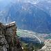 Tiefblick auf die Alphütten von L'Au d'Arbignon, unten Mitte Zickzackweg bei Bellacrête; im Tal: Collonges & Evionnaz