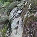 placca rocciosa gradinata, alternativa all'accesso della foto precedente, e probabile via originaria o alternativa diretta ...