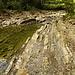 geschichtete Steine am anderen Ufer