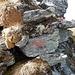 An manchen Felsen finden sich alte Markierungen.