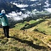 Die Dame vom Streckendienst erwartet Trailrunner am Gipfel um sie auf den weiteren Weg hinzuweisen. Unten im Tal: Les Diablerets.