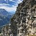Im Abstieg auf dem Grat. An dieser krümeligen Wand hausen hunderte von Bergdolen (auf Foto schwer zu erkennen, aber sie sind da), welche alle paar Minuten schlagartig miteinander eine Runde fliegen, um sich dann wieder auf ihre Standplätze in der Wand zurückzuziehen. Ein Spektakel, das wir genüsslich vom Gipfel aus betrachtet hatten.