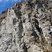 Rückblick aus der Rapplerscharte. Der Normalweg verläuft durch den Riss etwas links unterhalb des Gipfelkreuzes.