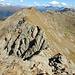 Es folgt die nächste Scharte. In die klettert man am Besten etwas rechts der hier recht scharfen Felskante hinunter...