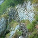 Der Steig quert die Stufe auf einem Felsband. Auch hier ist ein Drahtseil vorhanden.