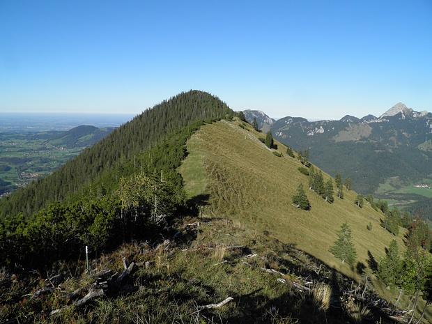 Rückblick auf den Grat zur Heissenplatte,deren Gipfel hier nicht sichtbar ist. Der Weg führt meist durch das Gras.