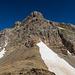 Blick vom Sattel in Richtung Gipfel. Kaum zu glauben, dass man da verhältnismässig einfach hoch kommt. Der Einstieg ist zunächst auf der rechten Seite oberhalb vom Schneefeld.