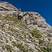 Am Gipfelkopf warten einige anspruchsvollere Kraxeleien, die aber mit künstlichen Einrichtungen entschärft sind. Gelbe Punkte markieren den Beginn.