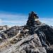 Auch einen Steinmann gibt es auf dem geräumigen Gipfel