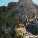 """früher musste der Wanderer auf diesem Schlussteil noch eine kleine Turnübung über den Felsen hinauf machen, jetzt steht dort eine kleine Stahlleiter als """"Spassverderber*"""