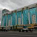 Neubauten mit Glasfassade in der Nationalfarbe von Kasachstan.