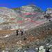 <b>Descrizione del percorso:</b> nella conca lungo il sentiero per Ober Fluesee. seguire la linea dove le pietre cambiano colore da bianco a grigio. Alle roccie bianche si devia decisi a sinistra e si vede il secondo riferimento