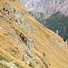 Le sentier traverse les flancs raides du vallon.
