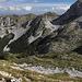 Unterwegs zwischen Cima di Vall'Organo und Sella di Leonessa - Am Fuß der felsigen Nordflanke des Monte Terminillo (im Schatten oben rechts) geht's später durch das zu erahnende Schuttfeld.