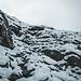 Hüttenzustieg. Steigeisen legen wir hier schon an, da die Felsen Teils stark vereist sind unter dem frischen Schnee
