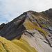 """Blick zum """"Col de Bounavalette"""" und zum Abstieg im Hintergrund, entlang der Gratkante."""