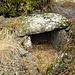 Dolmen III, versteckt in einem Steinhaufen
