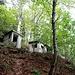 Vor allem aber führen hier lange Treppenläufe über und durch den Fels, unterhalb ist ein veritables Betondörfchen zu besichtigen...