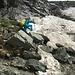 ein Fixseil erleichtert den Aufstieg im Steilschneefeld ...