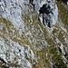 dann steigt man ein paar Meter ab und umgeht den Felsblock unterhalb