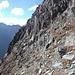 Diesen sehr steilen Bereiche der Südflanke habe ich gequert, denn am Grat bin ich wegen senkrecht stehenden Felsplatten, die zu schwierig zu überklettern sind, nicht mehr weitergekommen.
