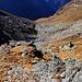 Von der Fuorcla da Ramosa musste ich mir im Abstieg westseitig zuerst einen Weg über Grasbänder zur hundert Meter tiefer liegenden Geröllfäche suchen.
