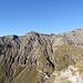 Aufstiegsgrat vom p.2280 aus aufgenommen. Unten in der rechten Bildhälfte ist die Steilstufe zu erkennen, oberhalb derer man ziemlich weit auf Wegspuren zurück gehen muss bis man den Durchschlupf findet.