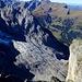 Tiefblick auf die gewaltigen Schliffplatten des Rosenlauigletschers, die Klein Wellhorn SE-Wand. Dahinter Scharzhorn-Wildgärst.