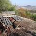 Dlouhá hora - In unmittelbarer Nähe des Gipfels gibt's aktuell zwei Sitzbänke und ein Tisch, selbstverständlich mit guter Aussicht.