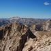 Blick nach Westen. Irgendwo rechts der Bildmitte mit den grünen Wiesen, da müsste der Rochegrand (2409 m) sein. Unser erstes Berglein im Mercantour vor etlichen Jahren.