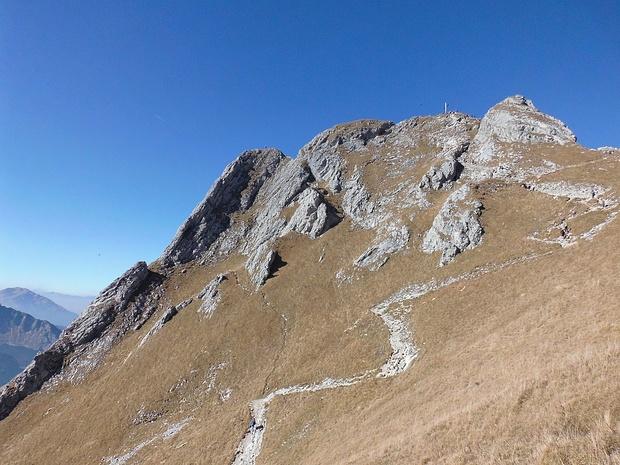 Am Grat links sind Kletterer unterwegs.