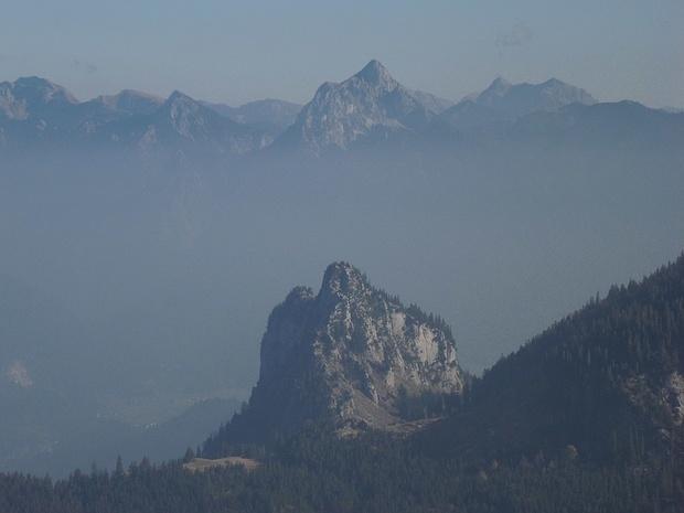 Im Hintergrund ist der Säuling sichtbar. <br />Eben erfuhr ich von einem tödlichen Absturz eines Augsburger Bergsteigers am Tag meiner hier geschilderten Tour am Zwölf-Apostel-Grat des Säulings!