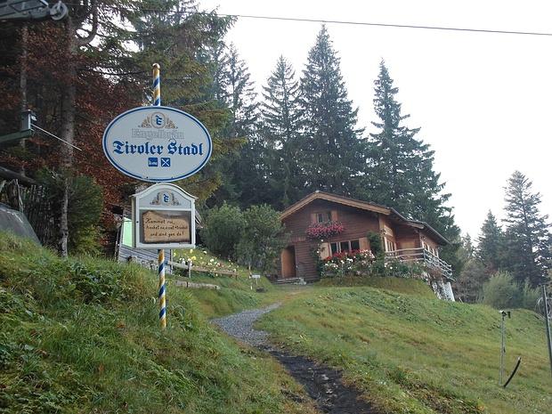 Ich komme am Tiroler Stadl vorbei.
