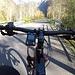 <b>Il traffico è praticamente assente: è un piacere pedalare in queste condizioni.<br />La salita non è molto dura; la fatica maggiore è dovuta piuttosto alle frequenti interruzioni per scattare foto, con le conseguenti risalite in sella e il rilancio della pedalata da fermo. </b>