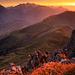Beim Abstieg leuchten die Felswände auf einmal tiefrot. Ich erreiche gerade noch rechtzeitig einen Felsvorsprung mit Blick auf den Sonnenuntergang, um diesen festzuhalten. Höhenlage noch etwa 2260 m.