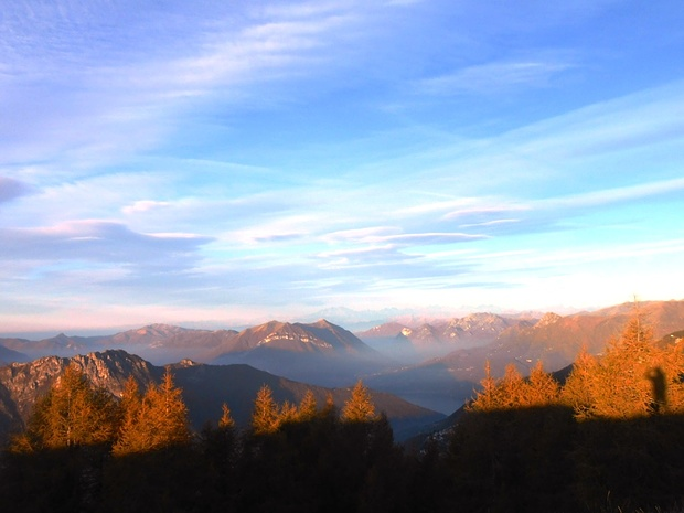 Si vedono ben presto uno spicchio di lago e il Monte Rosa.