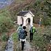 La cappella del Sacro Cuore che precede il ponte di Laù.