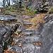 Il magnifico sentiero che sale a Dagro alterna tratti scavati nella roccia ad altri lastronati con grandi piode.