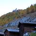 """A Satarma au petit matin : 2 ou 3 degrés de température. Pas plus. A noter : l'éperon de forme originale trônant dans la forêt. (Il s'agit du Roc de Satarma, 2063m. Le nom Satarma serait à rattacher à la légende des """"sept âmes"""", en patois """"chatarme"""".)"""