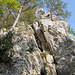 Im Einstieg zum Grat, hinauf zur Holzflue. Die Wände sind zugleich ein abgesicherter Klettergarten.