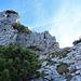 jetzt stehe ich wieder vor der Schlüsselstelle, ich deponiere den Rucksack unten am Felsen und steige ohne grosse Probleme über die Felswand hinauf zum Gipfel.