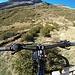 <b>Cerco una sterrata che mi permetta di salire fino al Rifugio Sonnenberg (2331 m), ma non ne trovo. Il sentiero non è pedalabile, quindi decido di iniziare la discesa.</b>