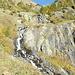 Trotz wochenlanger Trockenheit führt der steile Gebirgsbach noch Wasser ins Tal.