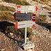 """Im Aufstieg vom Campo Imperatore zur Sella di Monte Aquila - Am Abzweig, ein Stück oberhalb des Obervatoriums. Wir folgen dem Wegweiser, in Richtung unseres nächsten Etappenziels """"Sella di Monte Aquila"""" (Weg Nr. 101). Auch die Vetta Occidentale ist bereits ausgewiesen."""