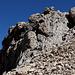 """Im Abstieg von der Vetta Orientale - Rückblick auf die kurze, aber steile Felspassage. Die Route führt entlang von Stahlseilen und ist in """"Originalgröße"""" halbwegs gut zu erkennen."""
