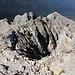 Im Abstieg von der Vetta Occidentale (Normalweg) - Hier am Grat, noch unweit des Gipfels. Links ist eine Markierung zu erahnen, hier im Streifen-Design.