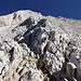 """Im Abstieg von der Vetta Occidentale (Normalweg) - Rückblick von einer Schulter auf etwa 2.760 m. Der """"Weg"""" verläuft westlich (rechts) des nach oben ziehenden Grates. Rechts der Bildmitte ist eine Markierung zu erahnen."""