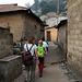 Der Einstieg erfolgt durch das Dorf