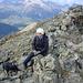 Questo è il punto massimo escursionistico, la vera vetta è poco più avanti ma raggiungibile più a sud con passi alpinistici prima scendendo ad un intaglio e poi risalendo….